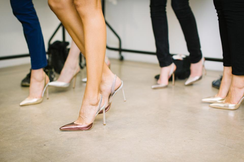 Chaussure à talons transparente.
